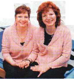 Schwesternpaar mit besondern Fähigkeiten: Sabine Bähr (links) und Cerstin Rathjen-Johannssen verstehen sich auf Handlesen und Kartenlegen. Foto: JN